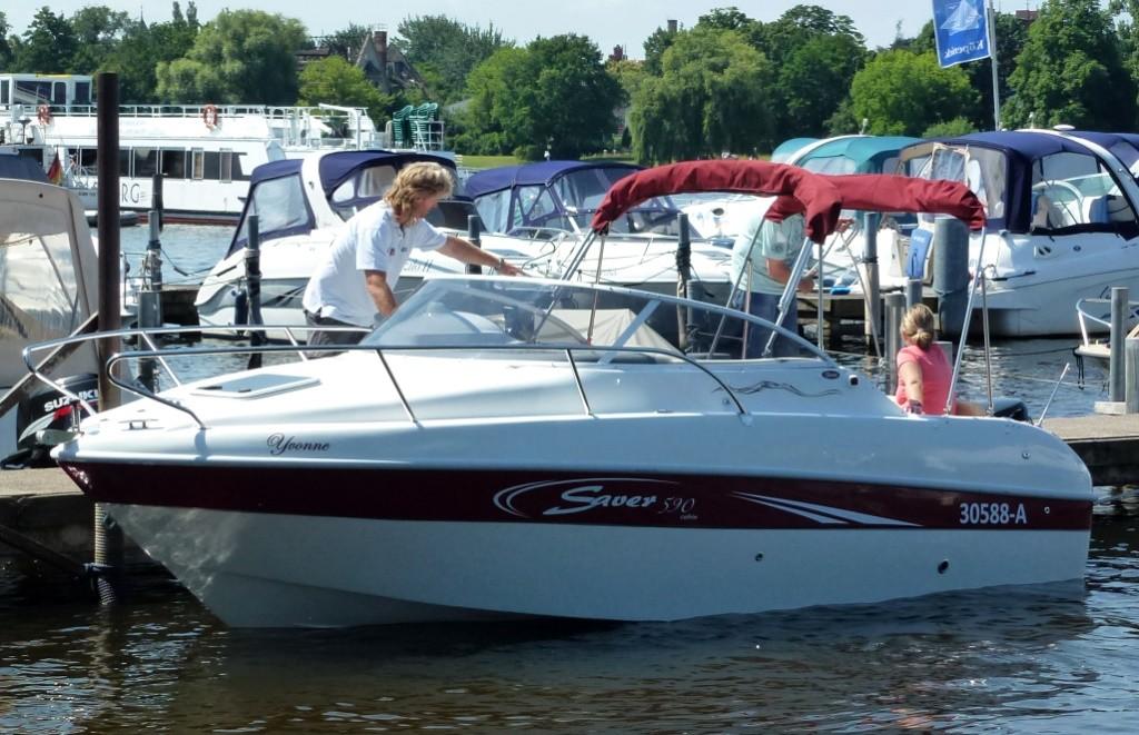Saver 590 Cabin - sportliches Kajütboot bei Schuetze-Boote Berlin