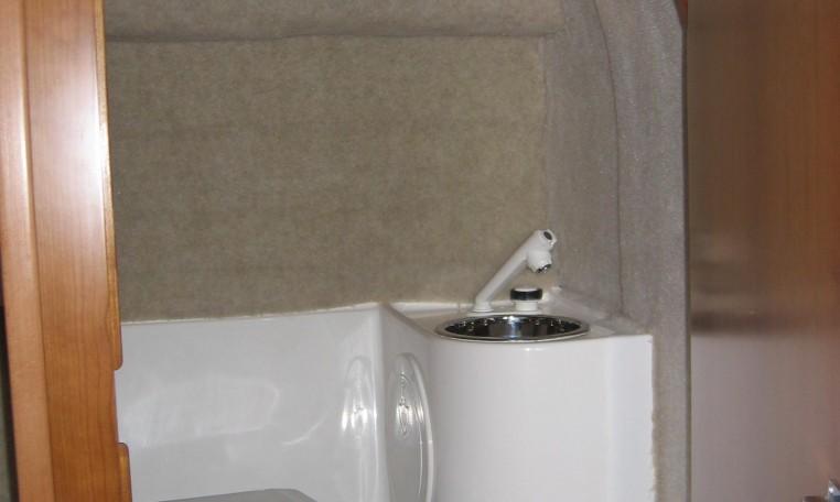 Drago 22 bei Schütze-Boote Berlin: separater WC-Raum incl. Handwaschbecken und optionaler Marine-Toilette